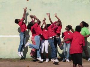 Un mur, une balle, des enfants : en avant pour une partie de frontball!