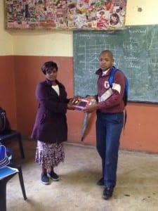 Le gagnant de Mpumaze posant avec son certificate et prix